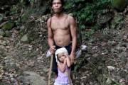 hai cha con, cảm động, cha và con gái, mù mắt, từ thiện