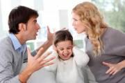 nhét thức ăn, vào mồm con, đánh vợ, giận nhau, hôn nhân mâu thuẫn