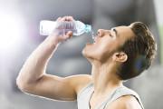 Có thể bị lây HIV hay không khi vô tình dùng chung chai nước ?