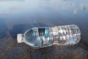 HIV có lây khi vô tình đạp trúng chai nhựa bên đường không ?