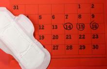 Trễ kinh 8 ngày kèm theo ra dịch trắng thì có thai hay là không?
