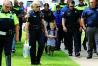 cảnh sát ,    đi học  ,   ngày đầu tới trường  ,   cậu bé 4 tuổi
