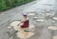 cô gái trẻ, phản ứng trái chiều, đánh bóng tên tuổi, Thái Lan gái Thái Lan ,đi tắm bùn , trào lưu tắm giữa đường, giới trẻ thái lan