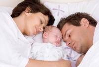 chăm sóc bé, mới sinh, ngủ cùng, lưu ý, cuốn tã, cắt móng tay