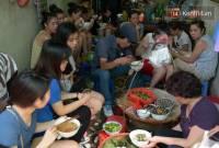 xếp hàng, quán ăn, xếp hàng chờ một món ngon, chịu khổ để được ăn ngon, kiểu ăn của người Hà Nội, cua so tinh yeu