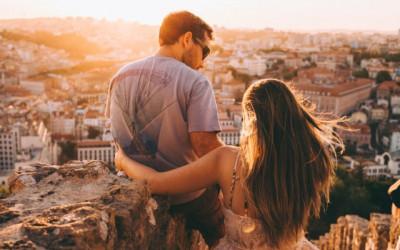 Vì sao các đôi hạnh phúc không 'khoe khoang' trên mạng xã hội?