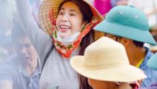 Thủy Tiên dừng phát tiền cứu trợ ở Hải Lăng - Quảng Trị vì thấy người nhận tiền đeo vàng: Chính quyền địa phương nói gì?