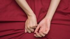 Ngày cưới mẹ chồng lén lút đưa cho chồng một vật khiến tôi run rẩy lo sợ