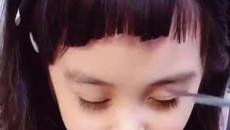 """Mẹ trẻ cắt tóc cho con tưởng xấu xí, khi bé gái mở mắt, dân tình: """"Đẹp đến ngỡ ngàng"""""""