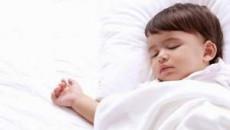 trẻ nhỏ, đái dầm, tè dầm, nín tiểu, xịt mũi, tiểu không kiểm soát, uống nước