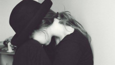 Mất lòng tin, cảm xúc, trêu đùa, khoảng cách, bạn trai đau lòng, tổn thương, vì đùa giỡn