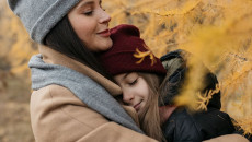 ngại giao tiếp, không gần gũi mẹ, không yêu mẹ, hay quát mắng, bị xa lánh, coi thường mọi người
