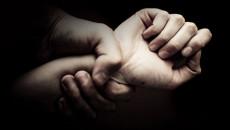 bạn gái nhắn tin, với người khác, đánh bạn gái, muốn chia tay, nuối tiếc, không tha thứ