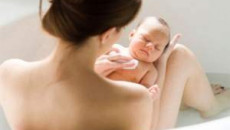 tắm cho trẻ sơ sinh, chăm sóc trẻ sơ sinh, vệ sinh, bộ phận sinh dục, vùng kín