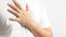 Vú tiết dịch trắng trong khi nặn có phải là dấu bệnh lý ở nam giới không ?