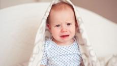 Trẻ 10 tháng tuổi khóc không có nước mắt có được coi là bất thường không ?