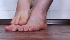 HIV có bị lây nhiễm chỉ vì vết xước ở chân sau khi lội nước không ?