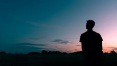 chán nản, cô đơn, không có bạn, khó giao tiếp, ích kỷ