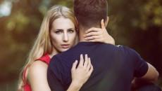 """Hôn nhân hạnh phúc không biết giữ lại cố tình """"đi ra bên ngoài"""""""