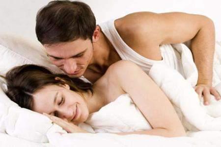 Sau khi lâm trận, hãy âu yếm, vỗ về vợ để cô ấy thấy mình được nâng niu, trân trọng.