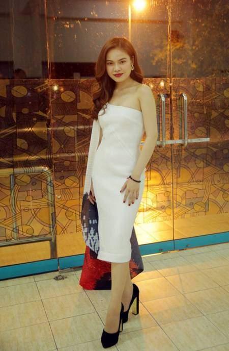 Giang Hồng Ngọckhéo léo chọn bộ đầm lệch vai ôm sát