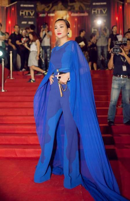 Bộ jumpsuit dáng cape đem lại cho Thanh Hằng vẻ kiêu sa, quyền lực trên thảm đỏ HTV Awards 2015.