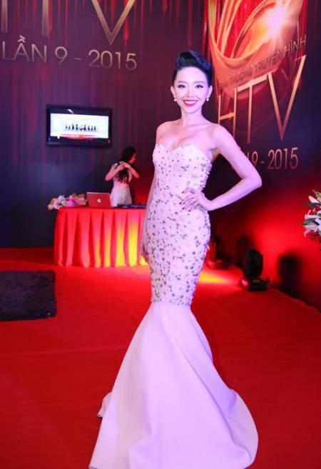 Tóc Tiên cũng nổi bật không kém khi phô diễn hình thể với mẫu đầm đuôi cá cúp ngực khêu gợi của Lý Quí Khánh.