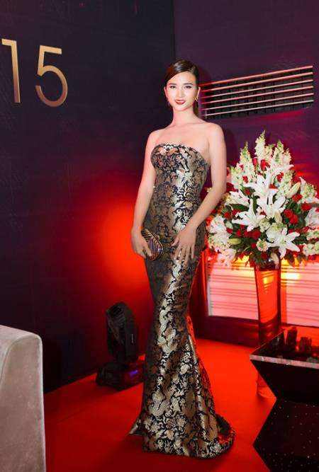 diễn viên Tuổi thanh xuân Kim Tuyến lại đằm thắm, sang trọng cùng bộ đầm quây in họa tiết ánh kim tinh tế