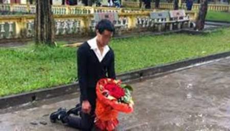 Chàng trai quỳ gối đợi bạn gái ở sân trường ĐH Sân khấu điện ảnh Hà Nội