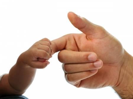 bí quyết, trẻ khóc, người cha, ngón tay, giải trí, cua so tinh yeu