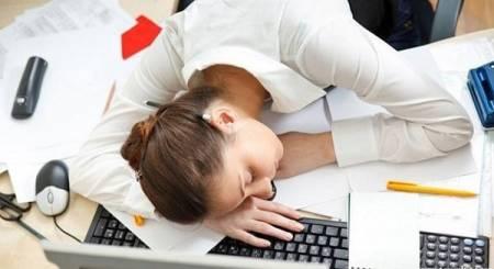 ngủ gục trên bàn, ngủ gục, mắc bệnh, bệnh nguy hiểm, tim mạch, bệnh về mắt, dân văn phòng, sức khỏe, thói quen, cua so tinh yeu
