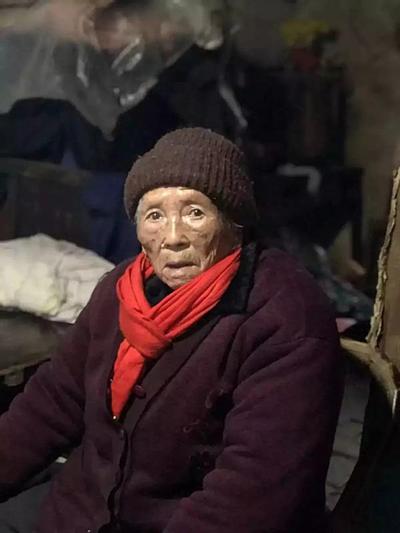 Cụ bà 98 tuổi, đi bộ 3 km để trả khoản nợ, cửa sổ tình yêu.