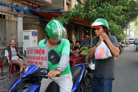 Chàng tài xế Grab, tấm bảng, xe từ thiện chở học sinh, sinh viên, người tàn tật 5 km, không thu phí', tình nguyện, làm việc tốt, cua so tinh yeu