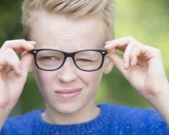 hội chứng tic, biểu hiện của hội chứng tic, nguyên nhân điều trị hội chứng tic, trẻ em chơi điện thoại máy tính nhiều