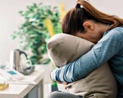 chồng trẻ con, hay dỗi, hay ghen, không kiếm được tiền, nghe lời mẹ