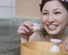 dưỡng da, trị mụn, phụ nữ nhật, tắm rượu sake