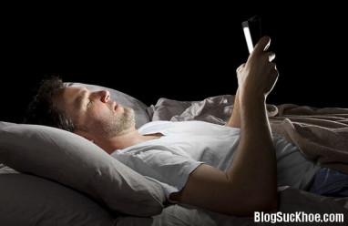 dùng điện thoại, dùng điện thoại không hỏng mắt, hỏng mắt, ban đêm, dùng điện thoại ban đêm, hại mắt, hỏng mắt, cua so tinh yeu