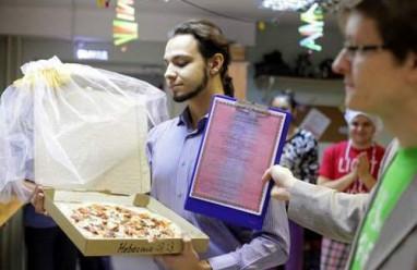 đám cưới , chuyện lạ , đám cưới độc đáo , pizza , người nga, người cưới pizza,