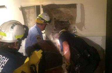 chàng trai  ,   tai nạn ,    kẹt giữa 2 tòa nhà,     lực lượng cứu hộ ,    giải cứu