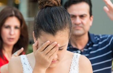 phản đối lấy chồng xa, từ mặt, ngăn cản hôn nhân, không chấp nhận kết hôn