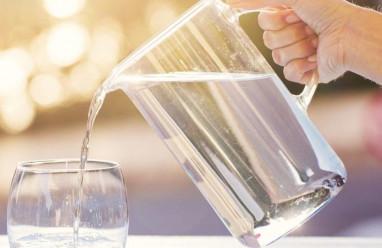 """Bị """"tiết niệu"""" có nên tự điều trị tại nhà bằng uống nước mát?"""