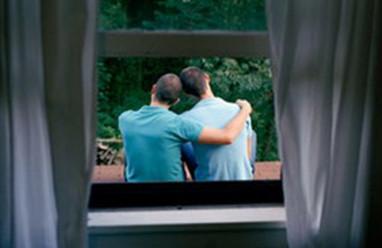 chồng nhắn tin với gay, xem phim gay, đồng tính, không gần gũi vợ
