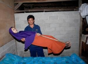 căn bệnh lạ, người cứng đơ như gỗ, indonesia