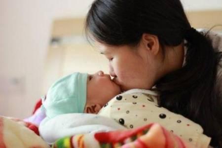 cảnh báo nụ hôn gây nhiều bệnh cho trẻ, viêm não, viêm màng não, cua so tinh yeu