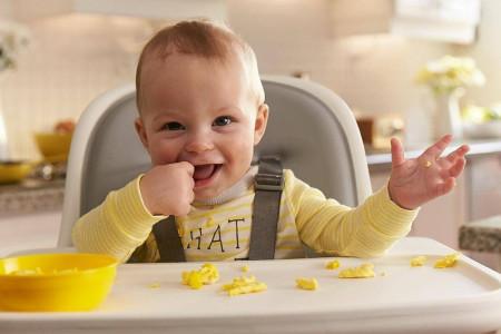 cho bé ăn, bé tập ăn, thức ăn dạng miếng, ăn bột, trẻ bị nghẹn