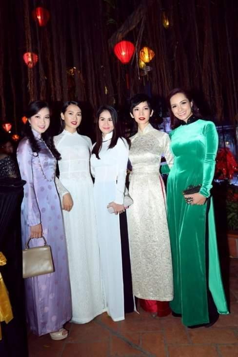 Thanh Mai, Anh Thư, Thân Thúy Hà, Xuân Lan, Thúy Hạnh mỗi người một vẻ trong tà áo dài duyên dáng.
