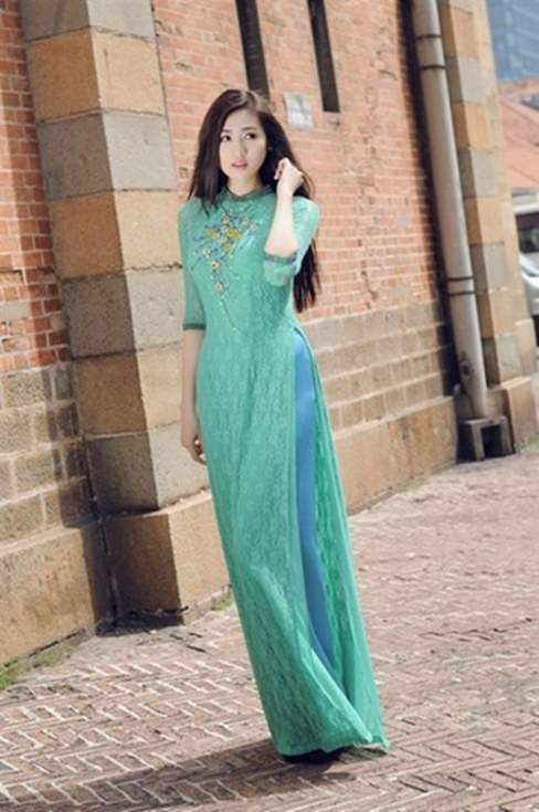 Á hậu Tú Anh tươi trẻ dạo bước trong nắng Sài Gòn với áo dài ren xanh lục bảo.