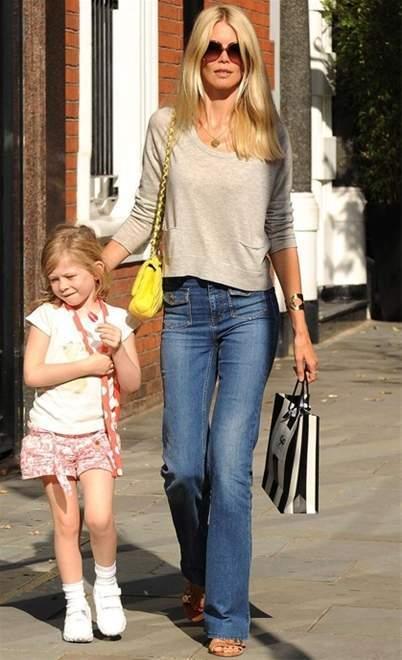 Claudia Schiffer lại thích những bộ quần áo đời thường, đơn giản.