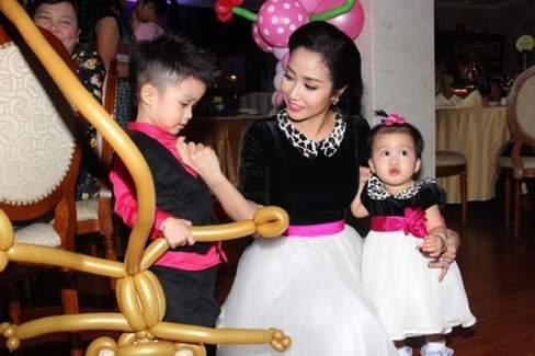 Gam màu tím hồng đầy nữ tính thường được Ốc Thanh Vân lựa chọn làm điểm nhấn cho trang phục
