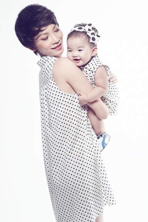 Những chiếc váy suông nhẹ nhàng, thiết kế trên chất liệu vải lụa mềm là trang phục được Xuân Lan chọn lựa cho con gái của cô.